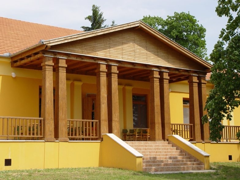 Kúria felújítva: művelődési ház és könyvtár