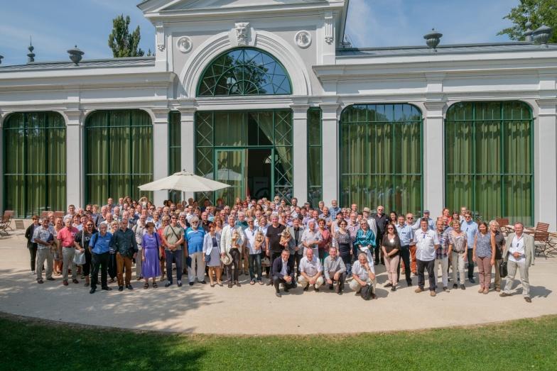 a Konferencia résztvevői a Pálmaház előtt