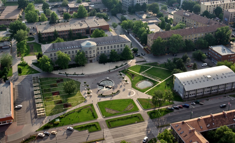 """Dunaújvárosi Főiskola, """"A"""" épület és városi park"""