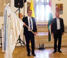 Szeberényi Gyula Tamás alpolgármester a vándorzászlóval Pfliegler Péter alpolgármester társaságában( fotó Pap Klára )